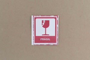 ROTULO ADHESIVO FRAGIL 7.5X8.5 cm